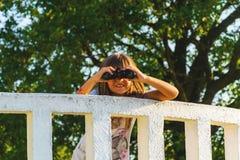 Mädchen mit Ferngläsern auf dem Ausblick Stockfotos