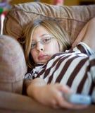 Mädchen mit Fernsehapparat Fernsteuerungs Stockbild