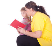 Mädchen mit fetter Mutter und Buch Stockbilder