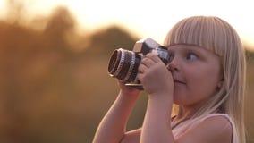 Mädchen mit Filmkamera stock video