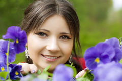 Mädchen mit Frühlingsblumen Lizenzfreie Stockbilder