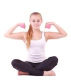 Mädchen mit freien Gewichten in der Gymnastik Lizenzfreie Stockfotografie