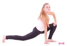Mädchen mit freien Gewichten in der Gymnastik Stockfotografie