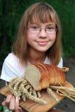 Mädchen mit frischem Brot Stockfotos