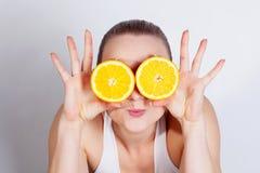 Mädchen mit frischer Orange lizenzfreie stockbilder