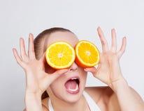 Mädchen mit frischer Orange stockfotografie
