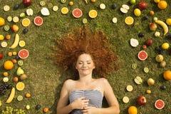 Mädchen mit Frucht stockbilder
