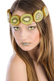 Mädchen mit Frucht bilden, in Form von Kiwi stockfotos