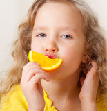 Mädchen mit Frucht zu Hause. Lizenzfreies Stockfoto