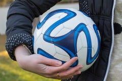 Mädchen mit Fußballkugel Lizenzfreie Stockfotos