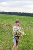 Mädchen mit Gänseblümchen lizenzfreie stockfotografie
