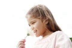 Mädchen mit Gänseblümchen im Park. Lizenzfreies Stockfoto