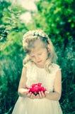 Mädchen mit gefiltertem Effekt des Rotes Rose Stockfoto
