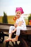 Mädchen mit gelbem Lutscher Lizenzfreies Stockfoto