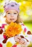 Mädchen mit gelben Blättern Lizenzfreie Stockfotografie