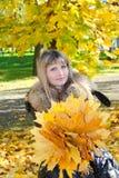 Mädchen mit gelben Blättern Stockbilder