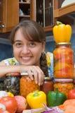 Mädchen mit Gemüse und Gläsern Stockfoto