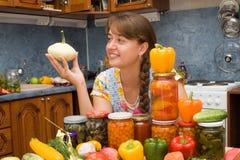 Mädchen mit Gemüse und Gläsern Lizenzfreies Stockfoto