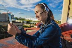 Mädchen mit Geräten auf dem Dach Stockfoto