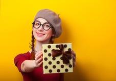 Mädchen mit Geschenk stockfotografie