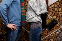 Mädchen mit Geschenk für Mann Lizenzfreies Stockbild