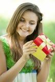 Mädchen mit Geschenk im Park Stockfotos