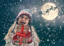 Mädchen mit Geschenk am Weihnachten lizenzfreie stockfotografie