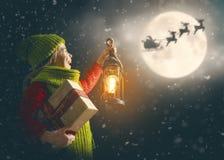Mädchen mit Geschenk am Weihnachten stockfotos