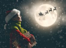 Mädchen mit Geschenk am Weihnachten lizenzfreies stockbild
