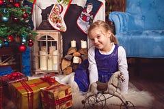 Mädchen mit Geschenken und Spielwaren Weihnachten feiernd Stockfotos