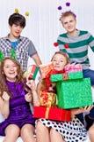 Mädchen mit Geschenkstapel Lizenzfreie Stockfotos