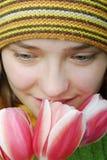 Mädchen mit Gesicht in den Tulpen. stockbilder