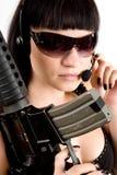 Mädchen mit Gewehr und Kopfhörern Stockfotografie