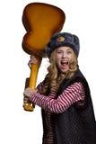 Mädchen mit Gitarre in der Kappe eines Soldaten Stockfoto