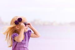 Mädchen mit Gläsern stockbild