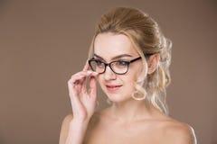 Mädchen mit Gläsern mit der Hand nahe Gesicht Lizenzfreies Stockfoto