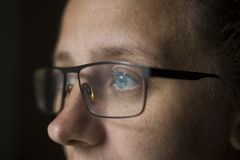 M?dchen mit Gl?sern mit sch?nen Augen schaut mysteri?se Augen, das Konzept des Untersuchung die Zukunft von neuen Technologien lizenzfreie stockbilder