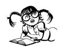 Mädchen mit Gläsern und mit Zöpfen ein Buch lesend Stockfotografie