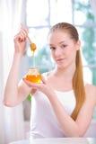 Mädchen mit Glas Honig Stockbilder