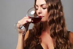 Mädchen mit Glas Rotwein Schöne blonde Frau, die Rotwein trinkt Stockfoto