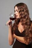 Mädchen mit Glas Rotwein Schöne blonde Frau, die Rotwein trinkt Lizenzfreies Stockfoto
