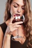 Mädchen mit Glas Rotwein Schöne blonde Frau, die Rotwein trinkt Lizenzfreies Stockbild
