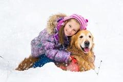 Mädchen mit goldenem Apportierhund Lizenzfreies Stockfoto