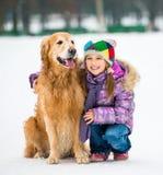 Mädchen mit goldenem Apportierhund Stockbilder