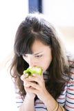 Mädchen mit grünem Apfel Lizenzfreie Stockfotos