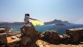 Mädchen mit grünem gelbem Schal stockbild