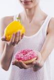 Mädchen mit grünem Pfeffer und Donut Stockbild