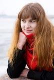 Mädchen mit grünen Augen im roten Schal Lizenzfreies Stockfoto