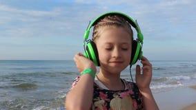 Mädchen mit grünen Kopfhörern stock video