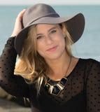 Mädchen mit grauem Hut Stockbild